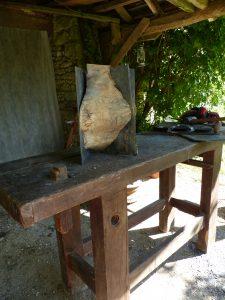 sculpture en bois et ardoise  sur établie  a la campagne et mes outils